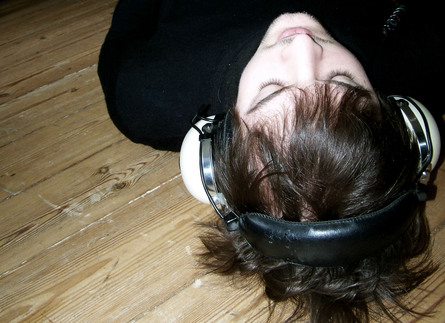 Nils_frahm_-_portrait_with_headphones_web_event